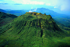 #Guadeloupe. Dôme de la soufrière surnommée « la vieille dame », est un volcan en activité. Il culmine à 1467 mètres d'altitude. Son dôme de lave prend la forme d'un cône tronqué de 900 mètres de diamètre. http://vp.etr.im/4f77