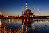 Мечеть Сабанджи Меркез (Sabancı Merkez Camii) в Адане на берегу реки Сейхан является крупнейшей мечетью Турции. Превосходит мечеть Султанахмет в Стамбуле как по вместимости, так и по высоте минаретов.