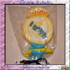 Brocheta chuches con Escudo Real Madrid tipo marshmallow y gominolas variadas. Disponible en www.tucasitadechuches.com