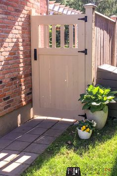 Make your own DIY garden gate with these free building plans. Garden gate, building plans for gate, fence gate, DIY gate, privacy gate. Backyard Gates, Garden Gates And Fencing, Garden Doors, Backyard Landscaping, Fenced In Backyard Ideas, Outdoor Gates, Landscaping Ideas, Outdoor Decor, Wooden Garden Gate