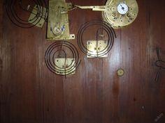 Obrazové hodiny brazové hodiny, romantika, olejomalba na plátně, rok 1850. Stroj je půlový s mechanismem trojího bití, s prováskovým závěsem. Odbíjí v půl a v celou, dále po dvanácti hodinách vždy ve 12.55 se spouští veškerý mechanismus bití. Rozměr 85 x 75 cm. Plně funkční a v pěkném stavu.