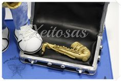 Fofucho Saxofonista con toda su ropa personalizada, vaqueros, gafas, camiseta... y acompañado de su maletín con otro saxofón.  Todos mis trabajos están registrados con todos los derechos reservados por lo que no está permitida su copia.   www.xeitosas.com