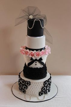 ♥ combining the Bride & Groom in this Coco Chanel-inspired cake!