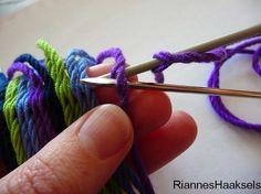 RiannesHaaksels: Ply split braiding tutorial Weaving Yarn, Tablet Weaving, Hand Weaving, Macrame Patterns, Crochet Patterns, Mochila Crochet, Bikinis Crochet, Tapestry Crochet, Wool Yarn