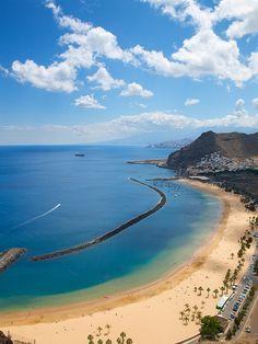 TENERIFE: Playa de Las Teresitas. Y os preguntaréis: ¿por qué la arena es amarilla, y no negra? Pues muy sencillo: porque el viento que viene del desierto de África (porque bien sabréis que África está al lado de Tenerife), arrastra la arena. Y como la ar