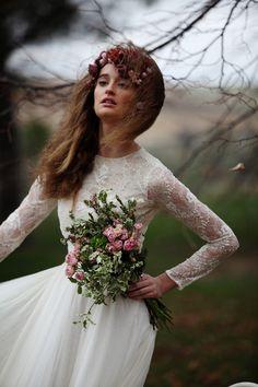 En la imagen, vestido con cuerpo de encaje inglés, de Navascués, con corona de flores de Suma Cruz y ramo de Olympia y yo.