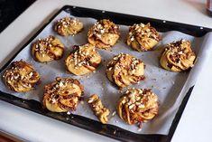 Švédské rolky s nutelou, ořechy a kardamomem Těsto 2 a půl lžičky sušeného či půl kostky čerstvého droždí 1 lžička mletého kardamomu špetka soli 60 g kokosového (či jiného, ideálně neutrálně-chutnajícího) oleje 1 hrnek rostlinného mléka  1/3 hrnku javorového sirupu 2 hrnky polohrubé mouky 1 hrnek celozrnné (špaldové) mouky Náplň cca 200 g vegan nutelly (či lískovooříškového másla s javorovým sirupem,a čokoládou,  1 velké nahrubo nastrouhané jablko větší hrst nahrubo nasekaných…