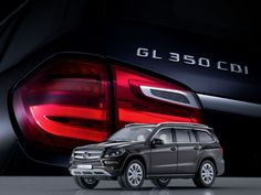 Die GL-Klasse gibt es jetzt auch ein paar Nummern kleiner: Zusammen mit Norev bietet Mercedes-Benz die neue GL-Klasse als originalgetreue Miniatur an. Die anhand der Original-CAD-Daten entworfenen und von Hand montierten Miniaturen gibt es in zwei Maßstäben sowie fünf Original-Lackfarben.
