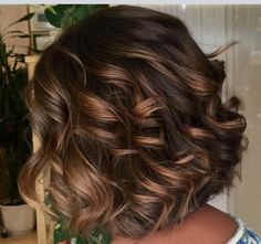 Beautiful colour tones Hairstyles Haircuts, Pretty Hairstyles, Medium Hair Styles, Curly Hair Styles, Mother Of The Bride Hair, Brunette Hair, Hair Highlights, Fall Hair, Hair Day