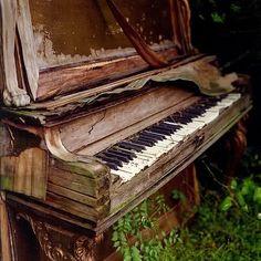 ♫♪PIANO ♪♫ ♥.....La música es el corazón de la vida. Por ella habla el amor; sin ella no hay bien posible y con ella todo es hermoso. Franz Liszt