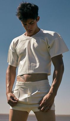 The truth about the crop top movement is that it has existed since the The cropped shirt was originally created by men for men and was part of men's fashion for years before women began wearing. Men Looks, Rauch Fotografie, Mens Crop Top, Gay Outfit, Half Shirts, Hommes Sexy, Crop Shirt, Cute Guys, Pretty Boys