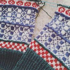 Rackarns nöjd med färgvalet! Restefest när den är som bäst! #kammeborniaadventmkal #knittersofinstagram #julestrumpor