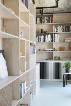 Radiator weggewerkt in de boekenkast – Neue Deko-Ideen - Famous Last Words Plywood Shelves, Bookshelves, Decoration Buffet, Plywood Interior, Gothic Home Decor, Wood Interiors, Interiores Design, Cheap Home Decor, Home Office