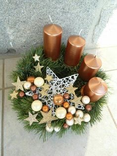Get some amazing ideas on Christmas candle decorations. We have all you need to inspire yourself and create some gorgeous candle centerpieces. Christmas Candle Centerpieces, Advent Candles, Christmas Arrangements, Christmas Candles, Centerpiece Decorations, Christmas Decorations, Floral Centerpieces, Simple Christmas, Christmas Time