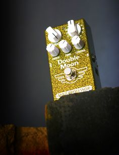 Double Moon is a guitar pedal for a wide variety of modulation sounds Bucket Brigade, Mad Professor, Analog Signal, Sound Clips, Pedalboard, Guitar Pedals, Two By Two, Moon, Guitar
