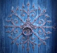Circular leaf door plate knocker