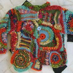 Veste de bébé crochetée en crochet-fou ou free-crochet.