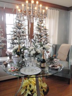 Imagen de http://jguesthome.com/wp-content/uploads/2014/11/decorations-best-christmas-tree-sweet-new-years-eve-decoration-ideas-with-silver-candelabra-and-christmas-tree-on-glass-table-tops-also-yellow-flowers-base-wonderful-christmas-tree-ornament-ideas-new.JPG.