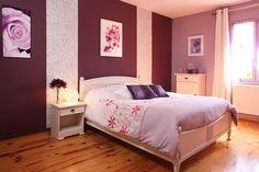J'aime - j'adore ! - le lit et les bandes de papier peint plus l'harmonie qui se dégage de cette pièce