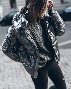Photo November 24 2019 at womens fashion style hats shoes minimal simple dress ootd summer comfortable for her ideas tips street Silver Puffer Jacket, Metallic Jacket, Puffy Jacket, Cotton Jacket, Silver Outfits, Fiesta Outfit, Winter Jackets Women, Quilted Jacket, Mode Inspiration
