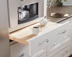 pull out counter - this would be great off the sides of the stove - a way to temporarily have more space when cooking up a lot of stuff at once.....