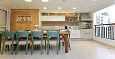 Esta varanda gourmet conta com uma churrasqueira, uma bancada equipada com cuba e cooktop elétrico. Atenção aos pisos e revestimentos que precisam ser de boa qualidade e fácil manutenção. Projeto arquiteta Érica Salguero.