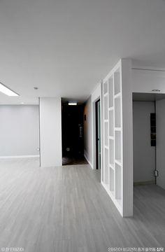 [BY 집닥] 집닥 파트너스 '한 인테리어'가 경기도 수원시 정자동에서 진행하였던 32평 아파트 인테리어 ... Wood Tools, Room Interior, House Colors, Colorful Interiors, New Homes, House Design, Living Room, Architecture, Outdoor Decor