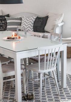 pirtti,olohuone,olohuoneen sisustus,ruokailutila,ruokailuryhmä,pinnatuolit,tuolit,sisustustyynyt,puusohva,villamatto,syksyinen,syksyinen sisustus,valkoinen sisustus,valkoinen lattia,keittiö
