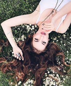 Poses que le tienes que enseñar a tu cabello para las selfies Portrait Photography Poses, Photography Poses Women, Tumblr Photography, Photo Poses, Creative Photography, Senior Portraits, Friend Photography, Outdoor Portraits, Inspiring Photography