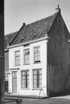Peperstraat 7 Pand met verdieping en hoog zadeldak tussen puntge...