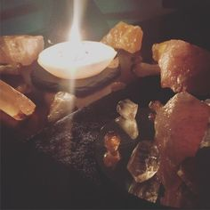 charged under this decembers oak moon, this trio of crystals accompanied with clear quartz have brought a charming presence to the living room today 🙂 orange calcite releases emotional fears, easing dark thoughts and restores mental equilibrium 🙌🏼 the orange citrine with its bright joyful energy welcomes prosperity and sucess 💫 whilst the rose quartz opens the heart an enhances emotional balance, representing unconditional love 🌞💖✨#feelingthelove #crystalhealing #crystals #crystalsofig…