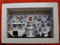 Quadro de banheiro feiro em madeira MDF, pintado com tinta PVA, miniaturas de gesso pintadas à mão e envernizadas, detalhes de biju e flores artificiais.Quadro encerado e com vidros de proteção. R$ 189,00