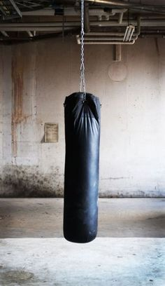 Improve your Muay Thai workouts with better training routines and drills. List of Muay Thai exercises to take your fighting to the next level Muay Thai, Karate, Boxe Fitness, David Laid, Boxe Fight, Mike Tyson, Magazine Sport, Punching Bag, Mans World