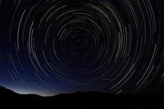 Una fotografía, realizada con la técnica de exposición múltiple, en las primeras horas del 11 de agosto muestra la lluvia de meteoros de Las Perseidas, cerca del municipio de La Hiruela, en la Sierra Norte de Madrid (Agosto 2013).- DANI POZO (AFP)