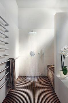 Super Heizende Handtuchhalter In Einem Weißen Badezimmer · Slow DesignShower  DesignsZen ...