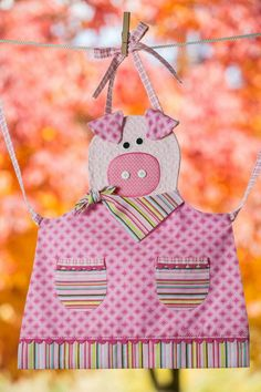 Children's Quilted Pink Piggy Apron by Fabric Crafts, Sewing Crafts, Sewing Projects, Sewing Aprons, Sewing Clothes, Childrens Aprons, Cute Aprons, This Little Piggy, Kids Apron