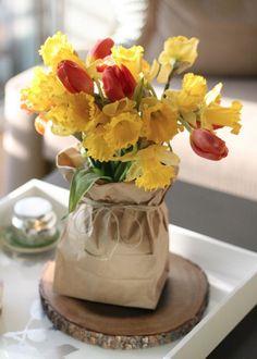 Coffee table decorating ideas: use seasonal flowers.