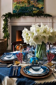 Natal com Aerin Lauder - Dining Rooms and Breakfast Nooks - Arranjos Christmas Past, Blue Christmas, Victorian Christmas, Vintage Christmas, Christmas Tablescapes, Christmas Decorations, Holiday Decorating, Holiday Tablescape, Christmas Mantles