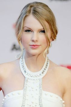 Taylor Swift's Beauty Transformation - 2009: Swift looks angelic with a pink pout and loose tendrils at the 17 Again premiere.