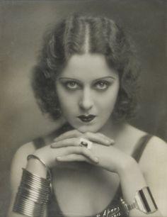 Look des années 30 – Coiffures et maquillages                              …
