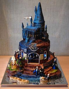 We love Harry Potter. We love cake. Obviously, we love Harry Potter themed cakes. Bolo Harry Potter, Gateau Harry Potter, Harry Potter Wedding Cakes, Harry Potter Food, Harry Potter Birthday Cake, Harry Potter Cupcakes, Harry Wedding, Geek Wedding, Wedding Ideas