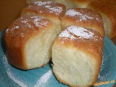 České buchty NEJLEPŠÍ Z NEJLEPŠÍCH a křupavoučké 250 ml mléka, 4 lžíce krystalu, van. cukr, 1 lžička soli, 2 žloutky, 1vejce, 70g rozpuštěného másla, nebo hery (může být i sádlo), 50 ml oleje, 300g pol mouky, 250g hl mouky, 3/4 kosky kvasnic, nebo 3 lžičky sušených. Buchtičky celé namočte do oleje, nechte okapat a vkládejte do pekáče vedle sebe, ještě nakynou 30 min. Nakynuté potřete bílky 170° 30 min