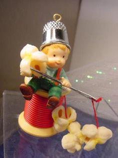 1986-ENESCO-ELF-THIMBLE-hat-THREAD-SPOOL-Stringing-POPCORN-Christmas-ORNAMENT-w