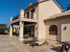 Una Villa mediterranea: pérgolas, ventanas y puertas Conely