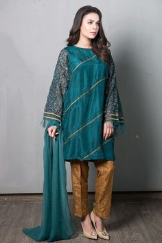 Maria B Suit Green Evening Wear 2017 Price in Pakistan famous brand online shopping, luxury embroidered suit now in buy online & shipping wide nation. Fancy Dress Design, Stylish Dress Designs, Designs For Dresses, Stylish Dresses, Casual Dresses, Simple Pakistani Dresses, Pakistani Dress Design, Pakistani Fashion Party Wear, Pakistani Outfits