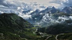 Berglandschap: Dreigende Wolken boven Riale