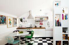 Kuchnia w kawalerce jest dynamiczna i kolorowa, ale dzięki zachowaniu spójności stylistycznej projekt kuchni w stylu retro jest pomysłowy funkcjonalny. Mała kuchnia jest częściowo otwarta na salon, dzięki czemu kawalerka stała się bardziej przestrzenna. Kuchnia w kawalerce (30 m2) ZDJĘCIA.