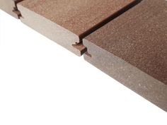 Profilbild der massiven Außendielen von MYDECK mit seitlicher Nut - die Premium WPC Terrassendielen lassen sich in etwa wie Hartholz bearbeiten