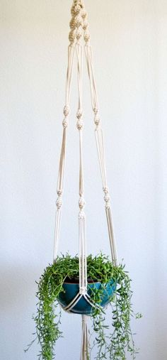 How to Make Macrame Plant Hanger DIY: Inspiring Projects - Macrame Plant Holder, Plant Holders, Macrame Projects, Diy Projects, Pot Hanger, Ideias Diy, Macrame Patterns, Macrame Plant Hanger Patterns, Hanging Plants