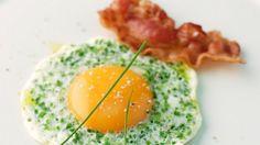 Fertig in nur 10 Minuten: Kräuter-Spiegel mit Speck | http://eatsmarter.de/rezepte/kraeuter-spiegel-mit-speck